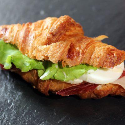 Delicioso Croissant Vegetal con huevo duro.  Museo del Jamón en Parque Oeste.