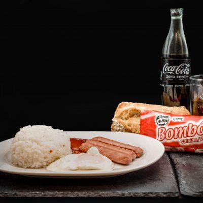 Menú Infantil compuesto por Arroz blanco, huevo frito y salsa de tomate, agua mineral o refresco (a elegir) helado o fruta de temporada y pan 4,95€