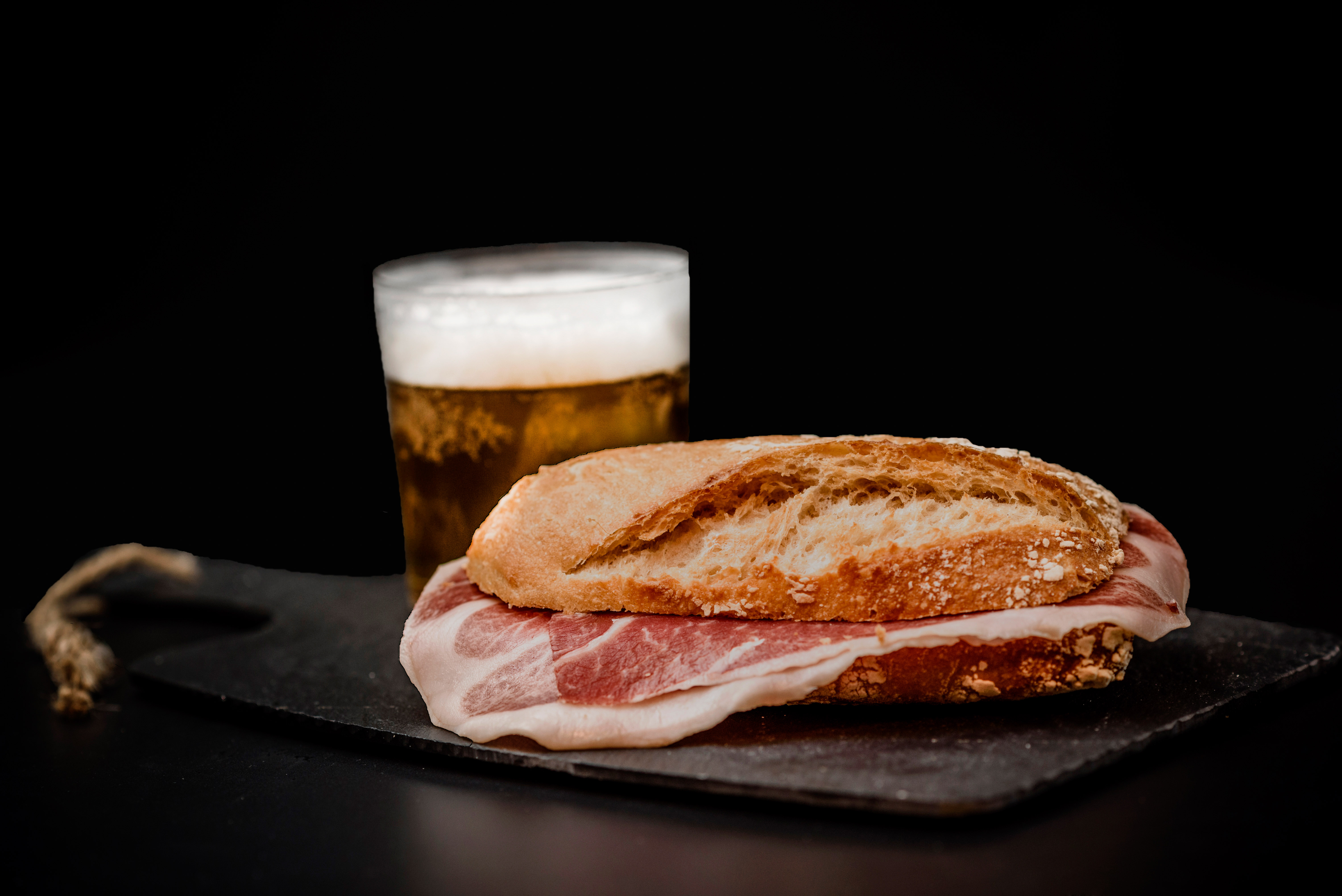 Delicioso Bocadillo de nuestro exclusivo Jamón Ibérico, acompañado con una caña de cerveza de bodega. Un tentempié en toda regla.