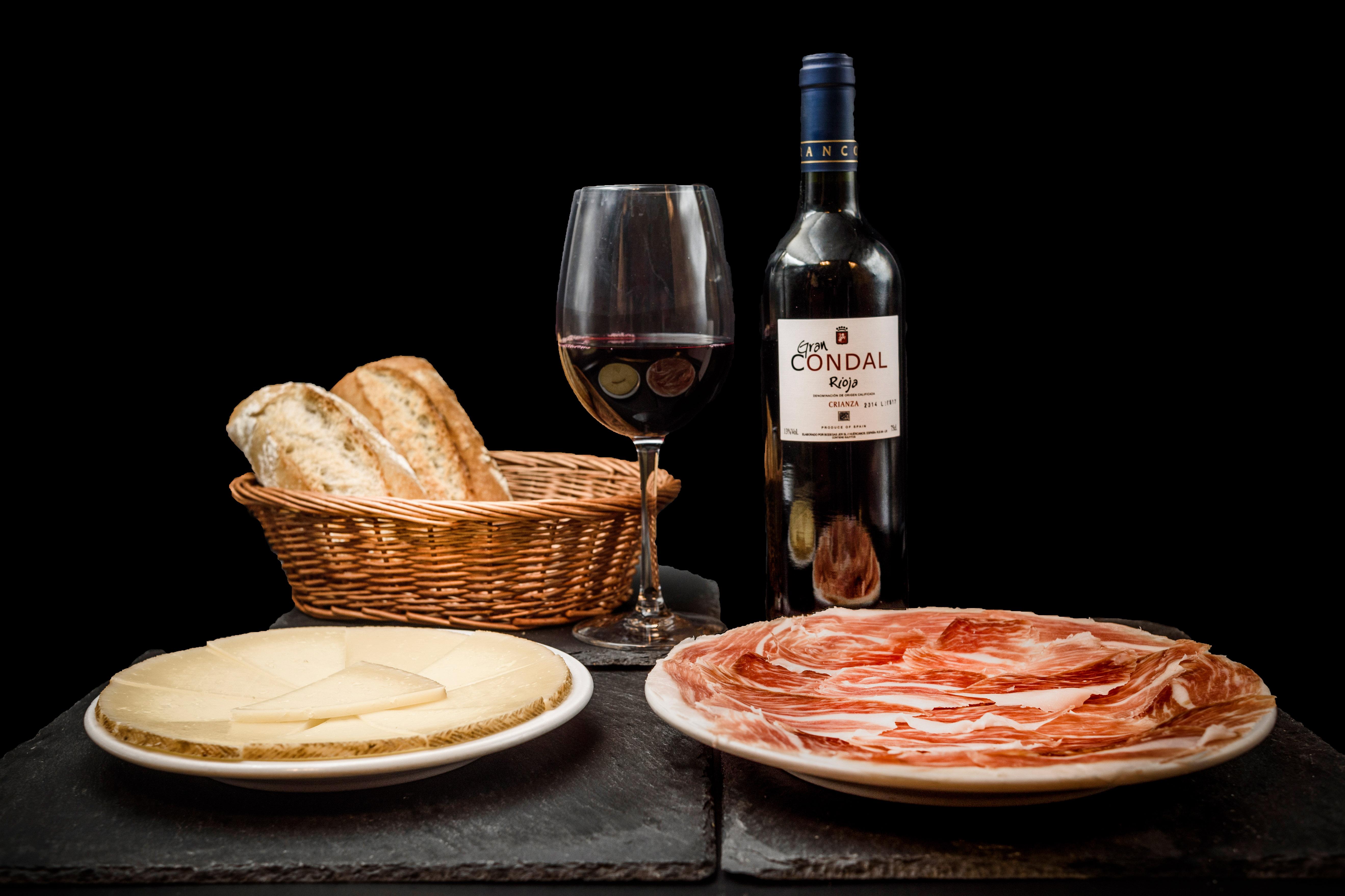 Comer o Cenar barato y con calidad en Alcorcón. Oferta Ibéricos, incluye 1 ración de jamón ibérico, 1 ración de queso curado, 1 botella de vino (Rioja o Ribera), 2 pan por 22€. En Restaurante Museo del Jamón, Parque Oeste Alcorcón