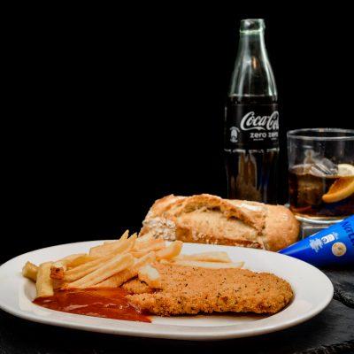 Oferta menú infantil compuesto por Merluza emapanada, con patatas fritas y salsa de tomate, agua mineral o refresco (a elegir), helado o fruta de temporada y pan. 4,95€