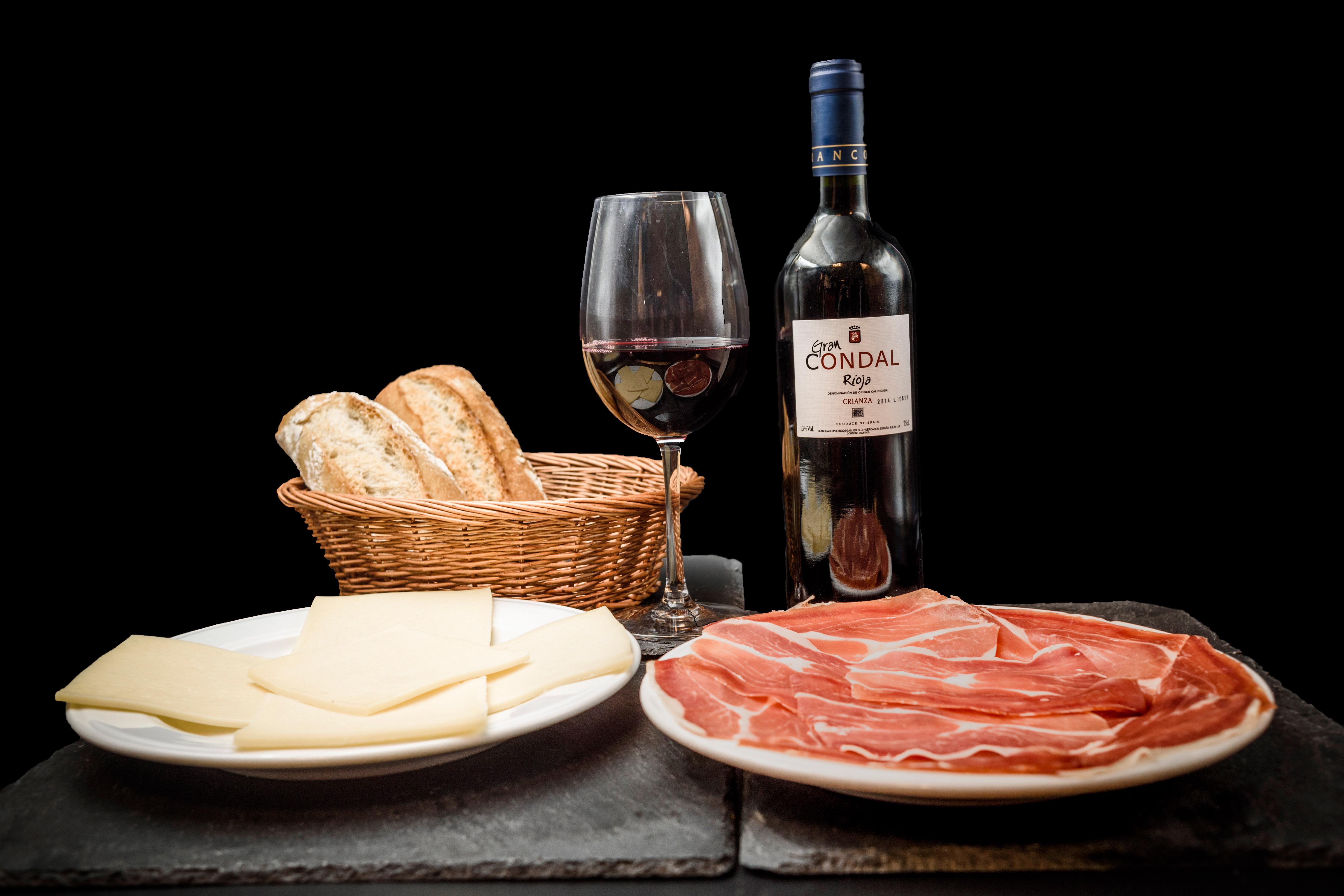 Ofertas Museo Jamón Alcorcón. Ración Jamón Serrano, Ración Queso Mantecoso y Botella de Vino Rioja o Ribera.