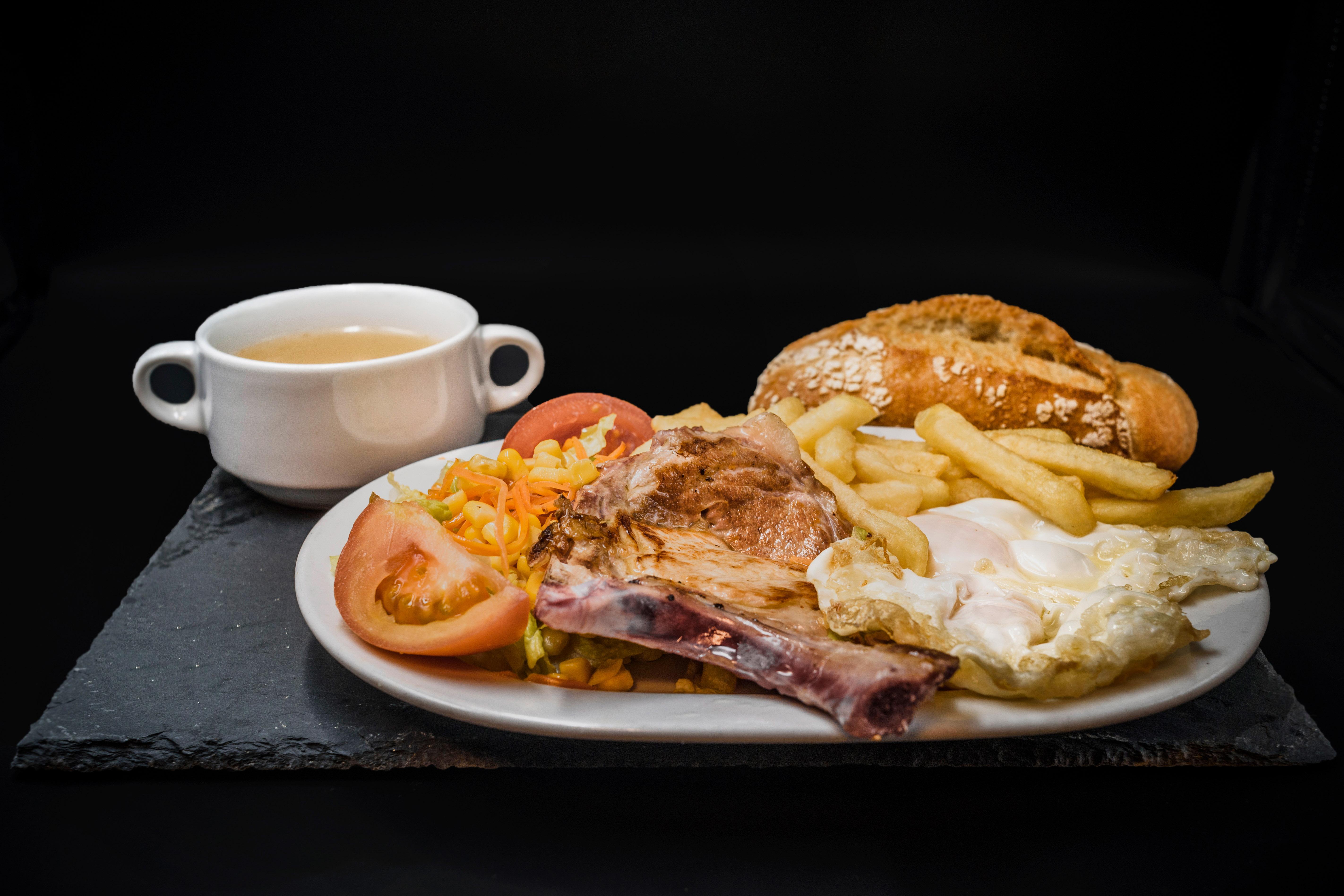 Plato Combinado Consomé, Chuleta Cerdo Plancha, Huevos Fritos, Patatas y Ensalada. Restaurante Museo del Jamón de Alcorcón