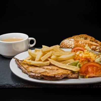 Consomé, Filete de ternera a la plancha, patatas fritas y ensalada. Platos Combinados Museo Jamón Alcorcón