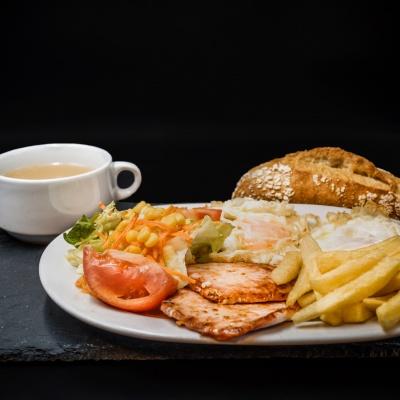 Plato Combinado Consomé, Lomo Plancha, Patatas y Ensalada. Restaurante Museo del Jamón Parque Oeste Alcorcón