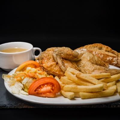 Plato Combinado Consomé, Medio pollo asado, patatas fritas y ensalada. Restaurantes Alcorcón
