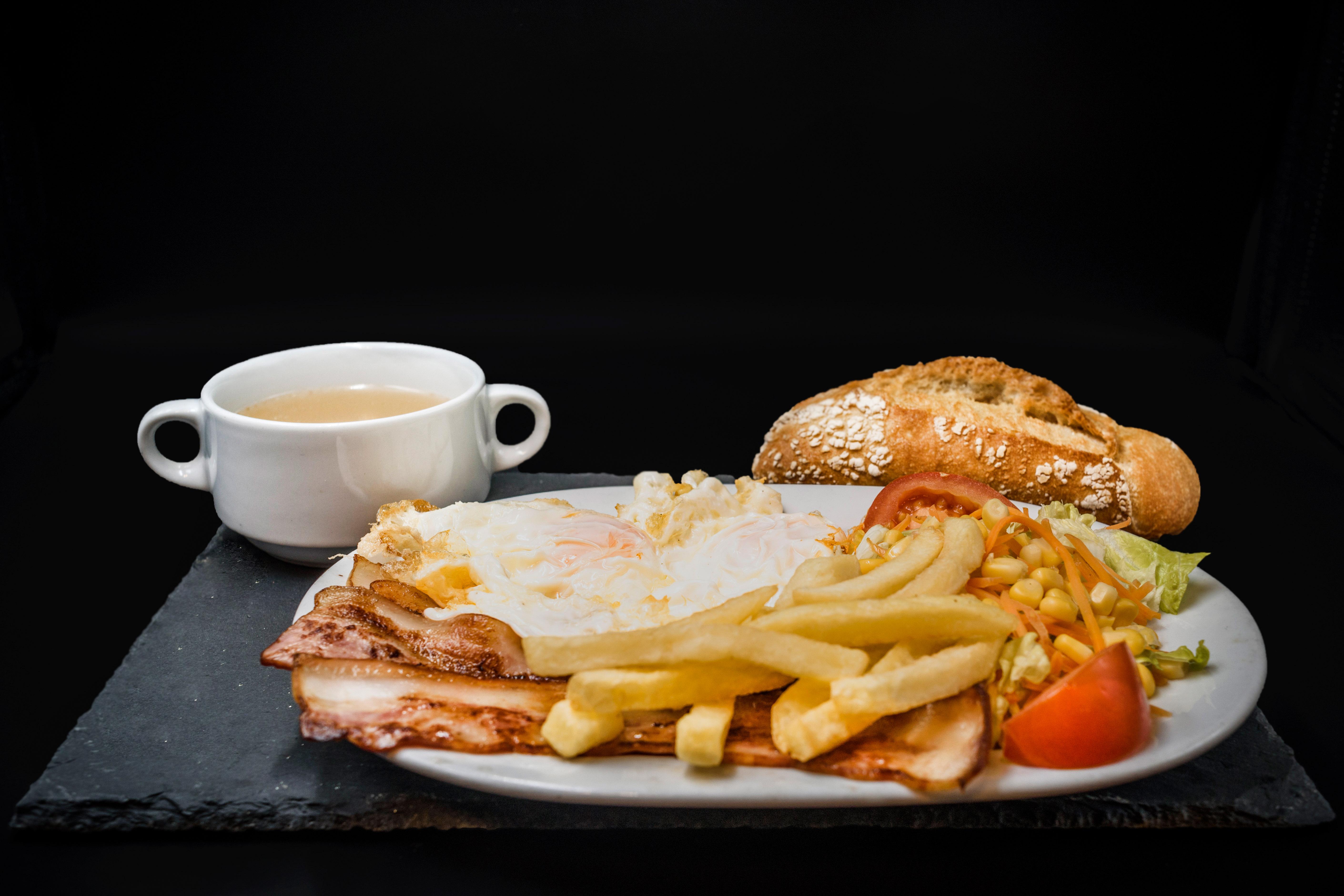 Plato Combinado Bacon Plancha, huevos fritos y patatas. Museo del Jamón Alcorcón