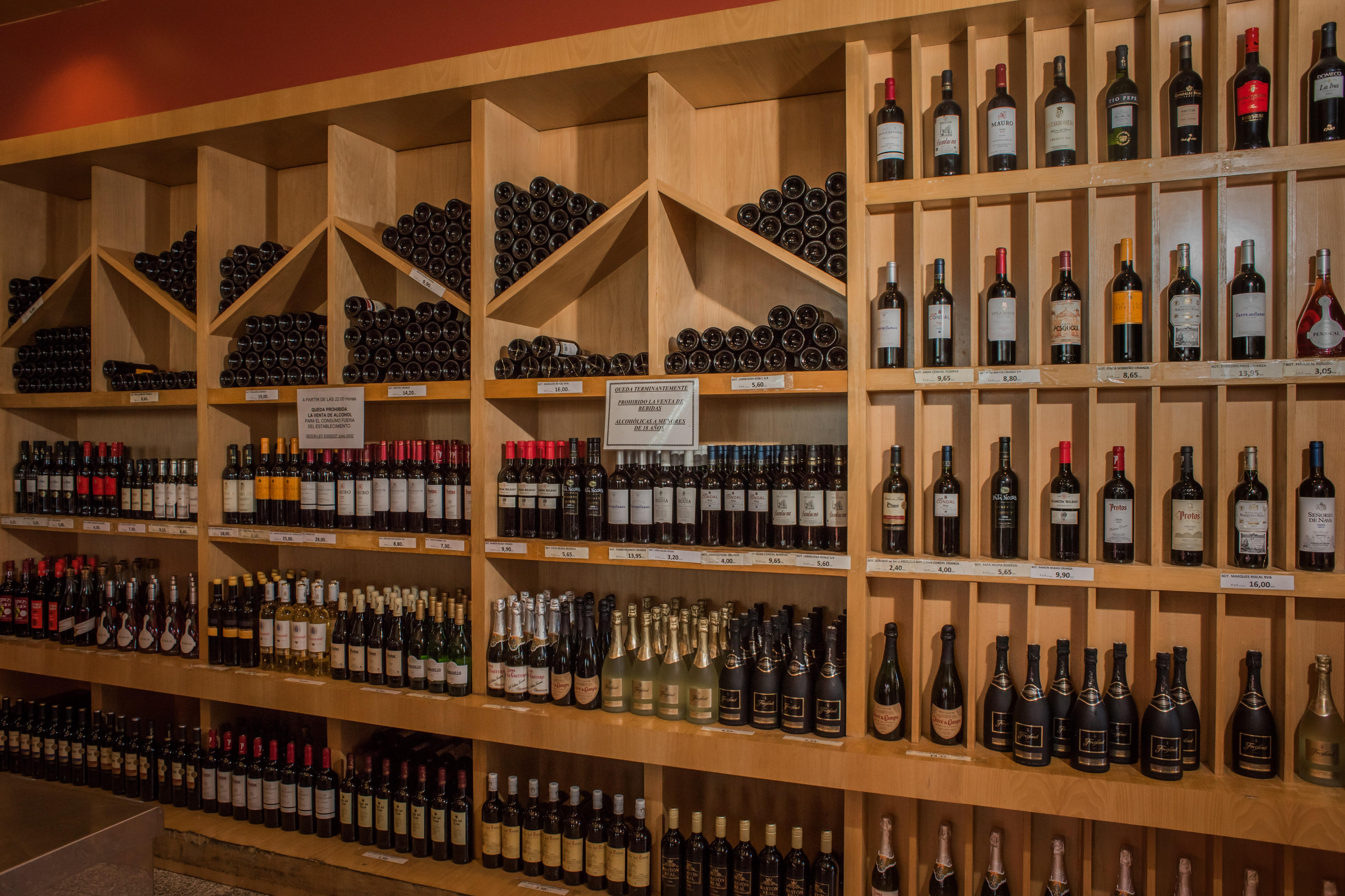 Amplia sección de vinos. Supermercado Museo del Jamón Alcorcón
